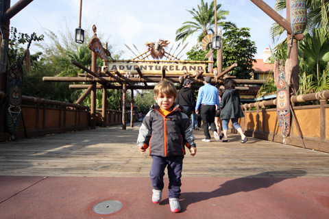 Eric na entrada da Adventureland