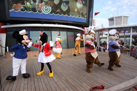 Show Adventures Await quando o Disney Wonder sai do porto no início do cruzeiro