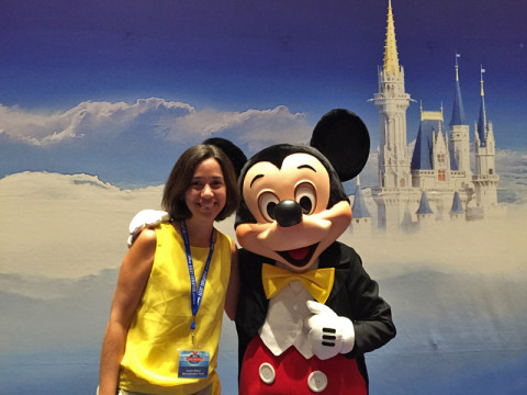 Eu e o Mickey no final do treinamento de agentes Disney em Orlando