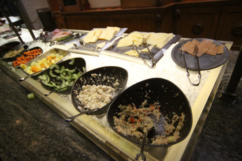 Saladinhas e queijos noruegueses no buffet