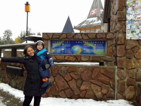 Alessandra e Gabs chegando na casa do Papai Noel em Rovaniemi