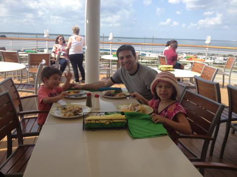 Almoçando no Cabana's no dia de embarque