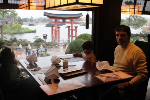Almoçando no Tokyo Dining, no Japão
