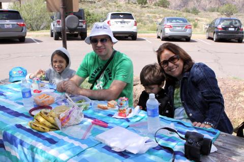 Almocinho picnic sempre em área demarcada! Aqui estávamos em Chisos Basin. Gabe, Julia, Eric e minha mãe comendo antes de mais uma trilha
