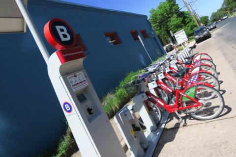 Bicicletas pra alugar como estas estão espalhadas pela cidade