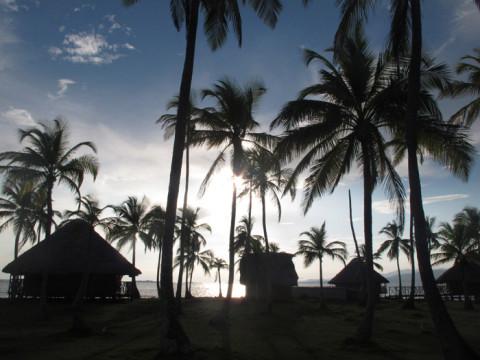Sol nascendo no Yandup Island Lodge, em San Blás, a nossa cabana à esquerda