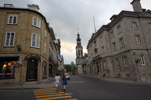 Lá atrás é a Cathedral-Basilica Notre-Dame de Québec