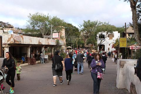 Entrando na área da África, o restaurante Tusker House a esquerda