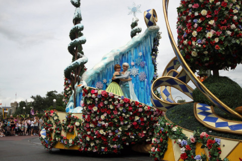 Anna e Elsa no carro das princesas na Festival of Fantasy Parade