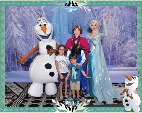 Anna, Elsa e Olaf com Julia e Eric no Disney Wonder
