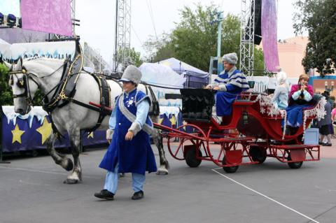 As irmãs Anna e Elsa chegando na sua carruagem