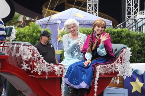 Anna sempre fazendo graça, e Elsa com o seu ar real