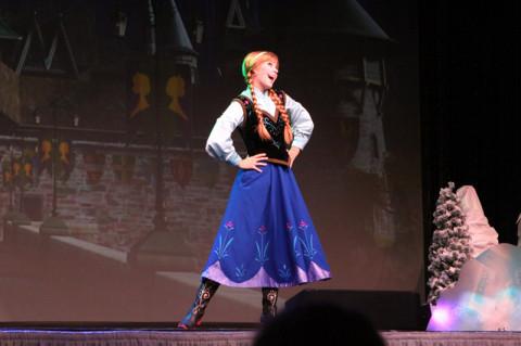 Anna começa o Sing Along apresentando os historiadores de Arendelle