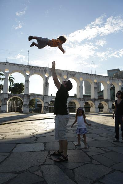 """Gabe jogando o Eric pro alto com os Arcos da Lapa ao fundo, foto de Gustavo """"Camarão"""" Bordallo"""