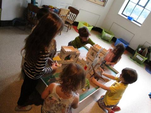 Brincando na área infantil do ROM