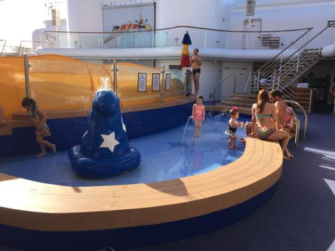 Área splash no Disney Wonder, pequenina