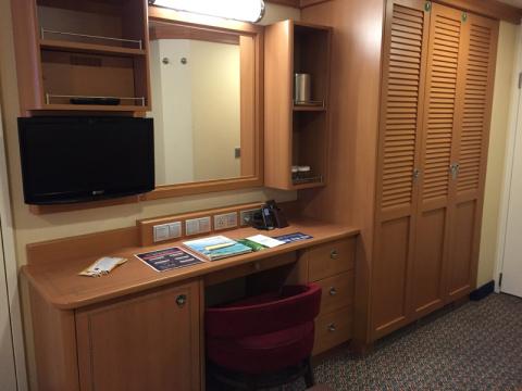 Os armários: closet, penteadeira, a mini geladeira fica escondida ali na porta embaixo da mesa