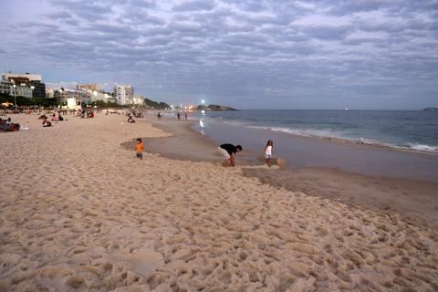 Pra quem não conhece, a pedra do Arpoador lá atrás (do outro lado da Pedra tem o Forte de Copacabana e depois a Praia de Copacabana)