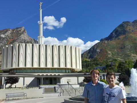 Arthur e o amigo no templo em Provo