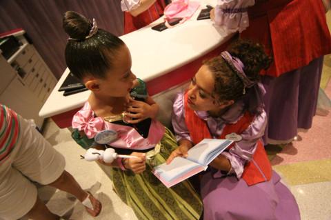 Assinando o livro das princesas que passaram pela boutique