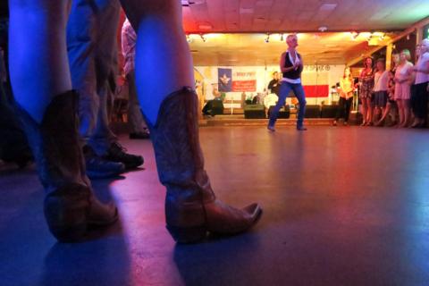 Terri White em ação, ensinando todo mundo a dançar two step
