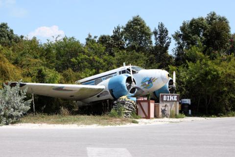 A ambientação da ilha é toda pensada, esse avião fica no caminho