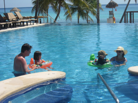 Mei e família na piscina dos Azul Resorts