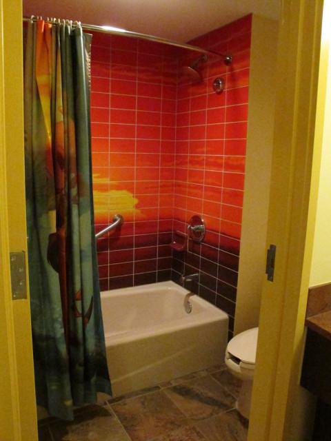 Esse banheiro tem a tradicional banheira com chuveiro que você vê em todos os banheiros americanos. Foto: Luciana Misura