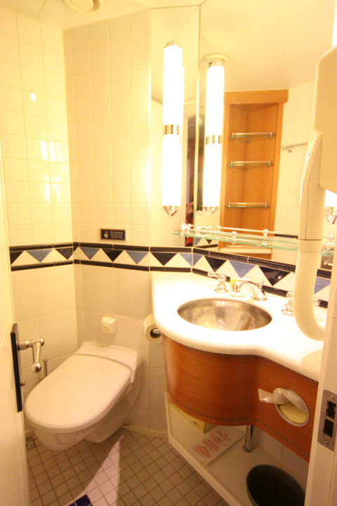O lado do banheiro que tem a pia e vaso sanitário