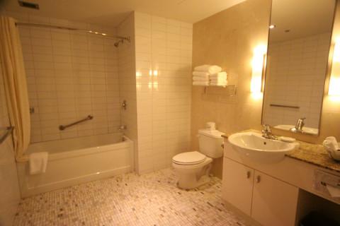 O banheiro é enorme