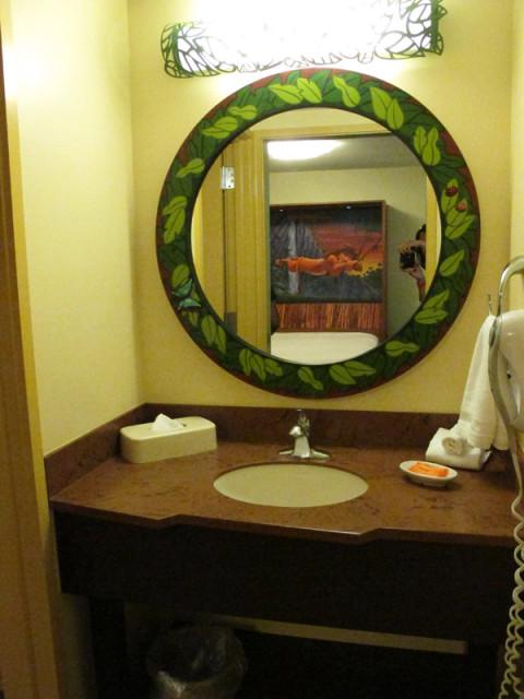 E esse é o segundo banheiro, que fica de frente para a sala de jantar (vejam o reflexo no espelho). Foto: Luciana Misura
