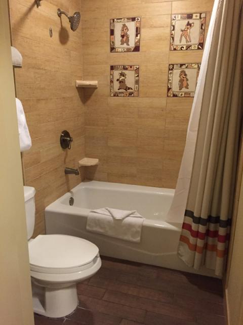 O banheiro com azulejos fofos