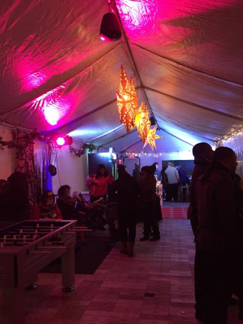 Uma das tendas ao redor do rink de patinação, essa era um bar