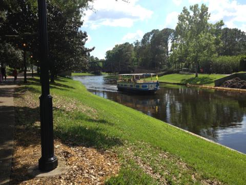 Você pode passear neste barco no Port Orleans Riverside