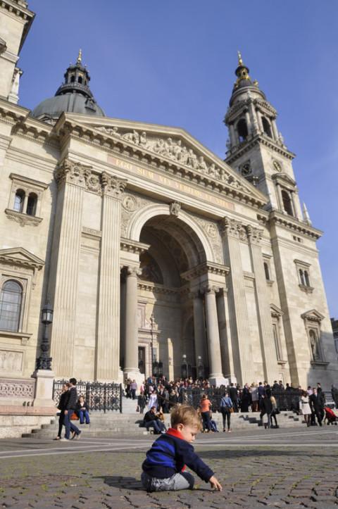 Matheus na frente da Basílica de Santo Estevão (Saint Stephen)