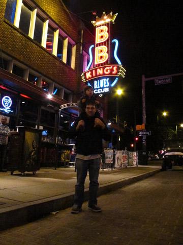 Gabe e Eric posando em frente ao BB King's Blues