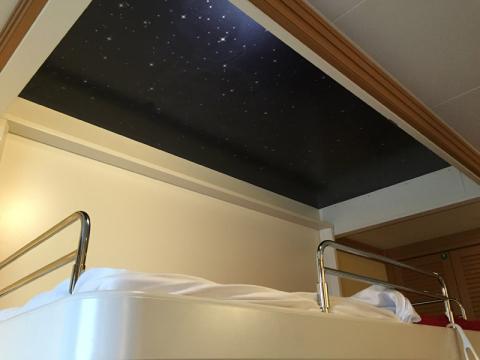 A beliche no Dream e no Fantasy tem esse céu estrelado no teto