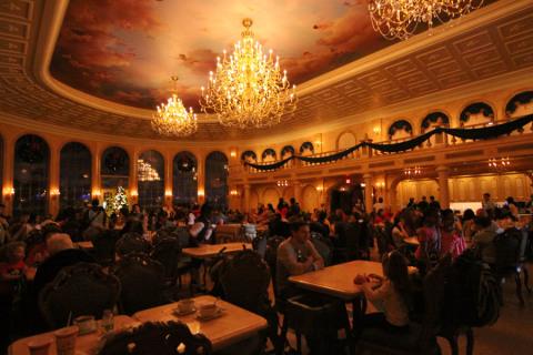 O salão principal do restaurante Be Our Guest, onde nós almoçamos