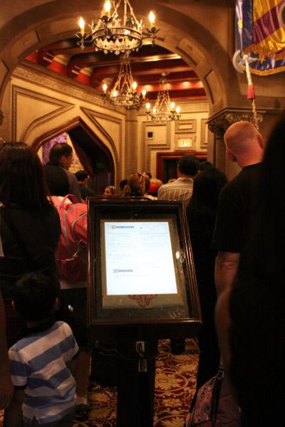 Na fila dentro do Castelo, e o menu eletrônico