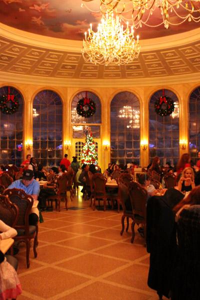 Salão principal com a decoração de Natal, a neve cai lá atrás, naquelas janelas