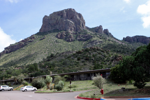 Chisos Mountain Lodge, e o nome dessa montanha atrás é Casa Grande