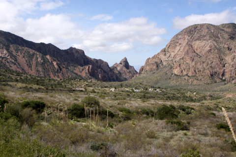 "Chisos Mountains, e no meio ""The Window"", no Big Bend National Park"