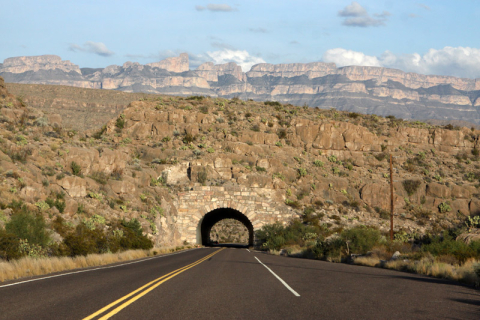 Túnel chegando no extremo leste do parque, perto de Rio Grande Village: o motorhome passa