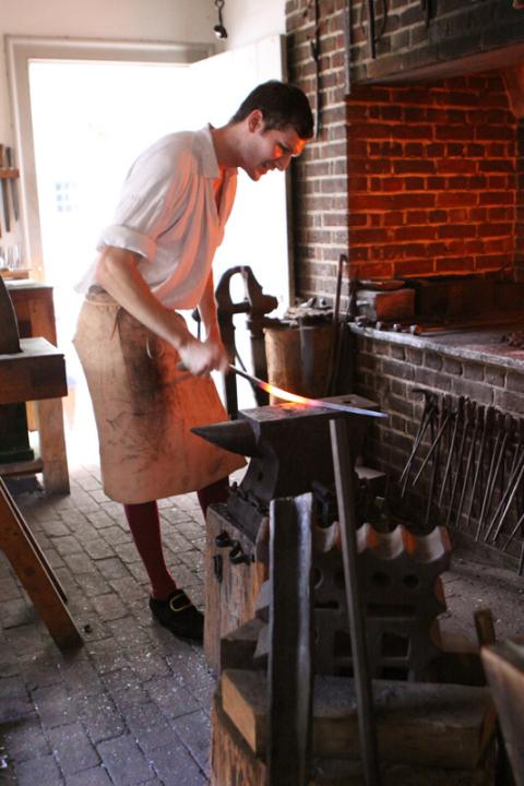 Blacksmith trabalhando em uma espada