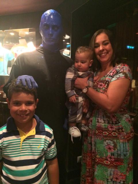 Com um dos artistas do Blue Man Grupo