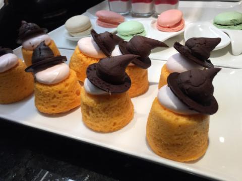 Bolinhos com chapéu de bruxa de chocolate no Concierge Lounge, adorei