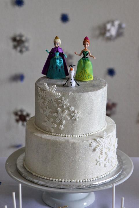 O bolo fez sucesso, o único problema foi que todas as meninas queriam um pedaço que tivesse os flocos de neve!