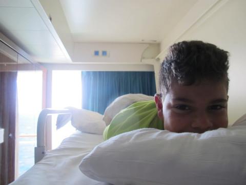 Bom dia! João acordando na sua caminha suspensa