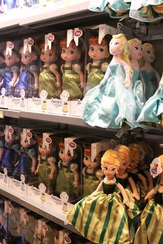 Bonecas de Anna e Elsa, essa da direita é reversível: vira de cabeça pra baixo é uma princesa, quando você inverte, a outra