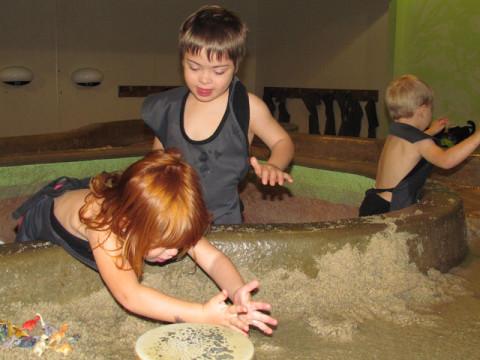 As crianças brincando no museu
